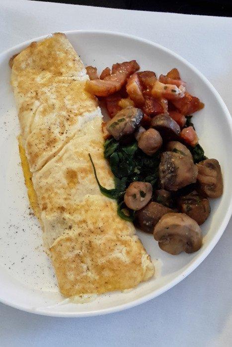 Qantas Business Class breakfast – Yarra Valley diaries, part 1